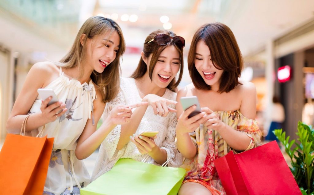 китайские девушки радуются новой геолокации