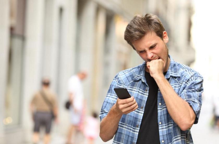 Юноша причиняет себе боль, поскольку ему тяжело от пользования кроссплатформенным приложением