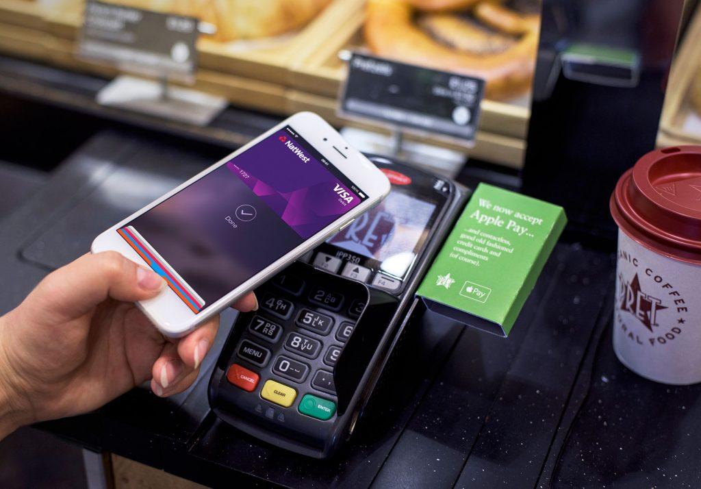 Фото-история о том, как Apple Pay заменяет оплату пластиковыми банковскими картами